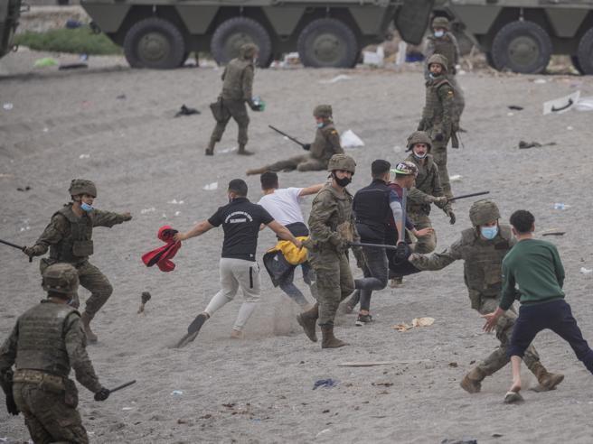 La sinistra in Spagna manda l'esercito. Da noi manda i Ministri alla sbarra