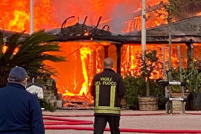 Forte dei Marmi: alle fiamme lo storico ristorante Gilda