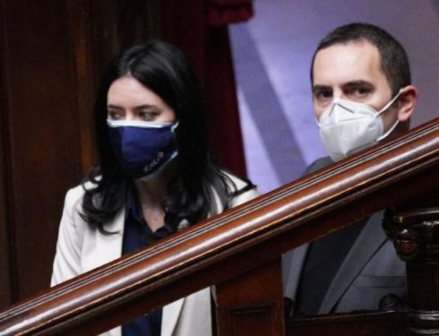 """M5s, alla Camera deputati spaccati. Azzolina: """"Rottamiamo le persone come fa Renzi?"""". Spadafora: """"Conte non è adatto a fare il leader"""""""