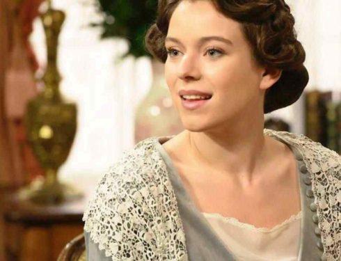 Genoveva di Una Vita, com'è fuori dal set: l'attrice bellissima con capelli ricci e lunghi