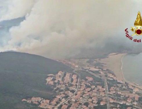 Roghi in Sardegna, vigili del fuoco al lavoro per spegnere le fiamme: le immagini riprese dall'elicottero